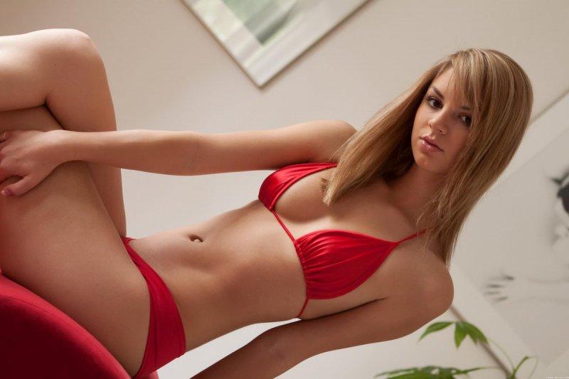 Блондинка в красном белье