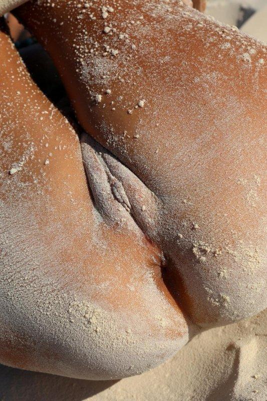 Нудистка на пляже
