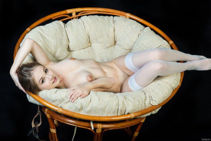 Девушка в белых чулках