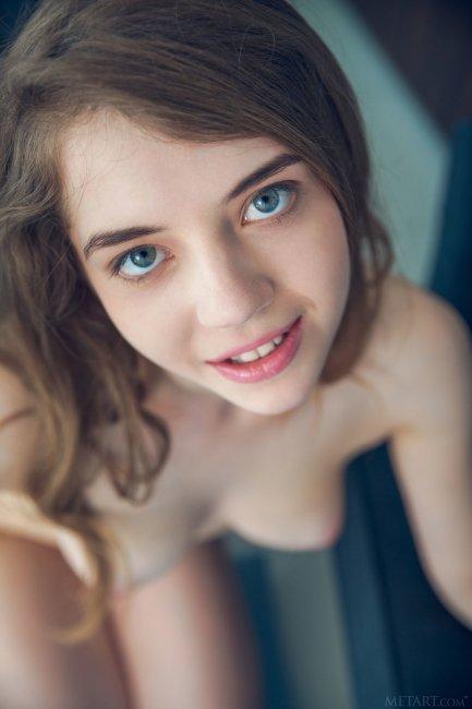 Молодая девушка сняла лифчик и трусики