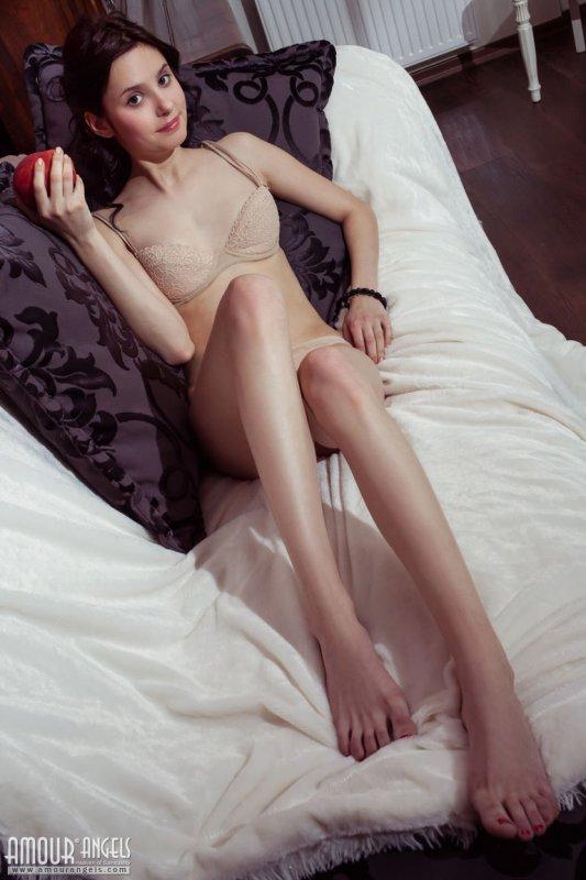 Голая девушка с маленькой грудью и красивой киской