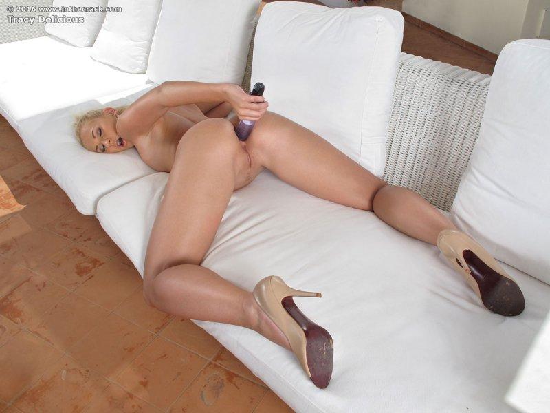 Блондинка засунула вибратор в анус
