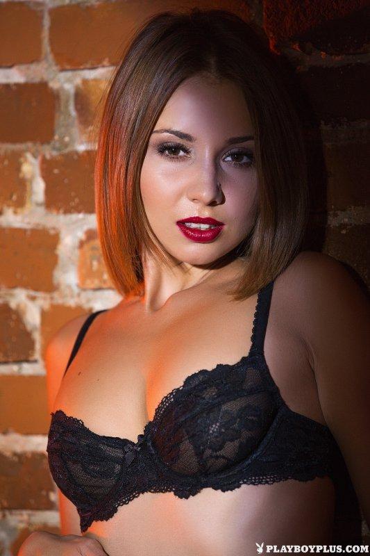Сексуальная голая блондинка в чёрных чулках