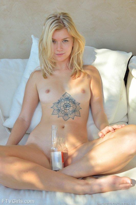 Девушка засунула бутылку в пизду