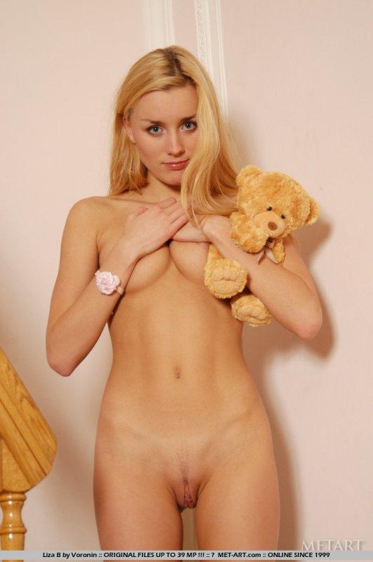 Тощая голая блондинка в розовых колготках