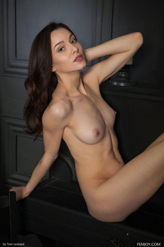 Девушка в красивом нижнем белье раздевается