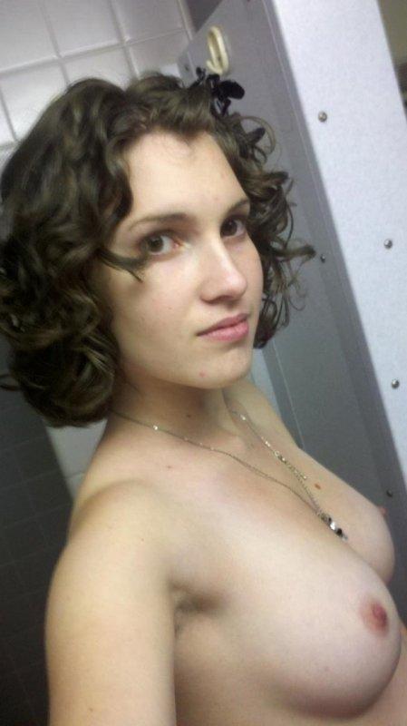 Частное фото голой девушки в домашней обстановке