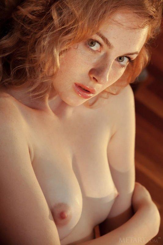 Рыжая девушка с красивым телом
