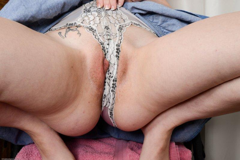 Девушка показала киску под юбкой через трусики