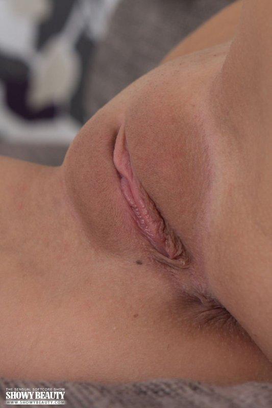 Девушка с голой бритой киской крупным планом