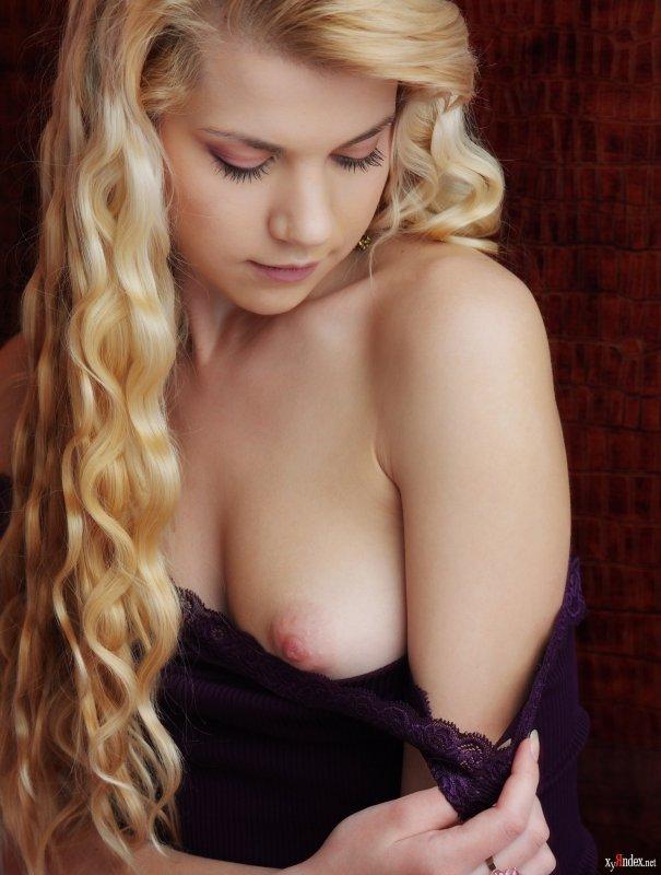 Молодая блондинка показала бритую киску