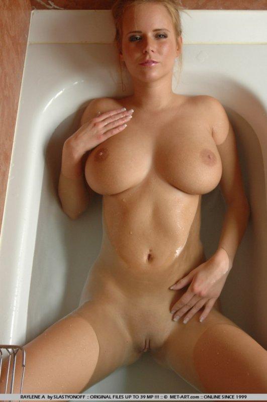 Грудастая жопастая милфа в ванной