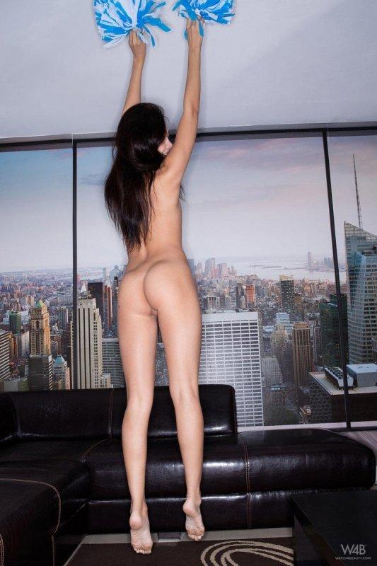 Сексуальная азиатка с красивой попкой