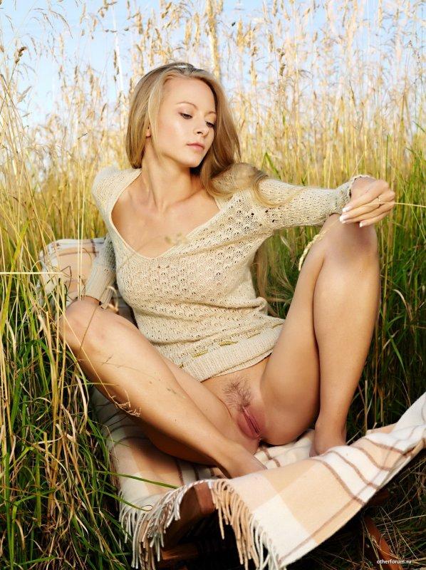 Голая девушка блондинка в поле пшеницы