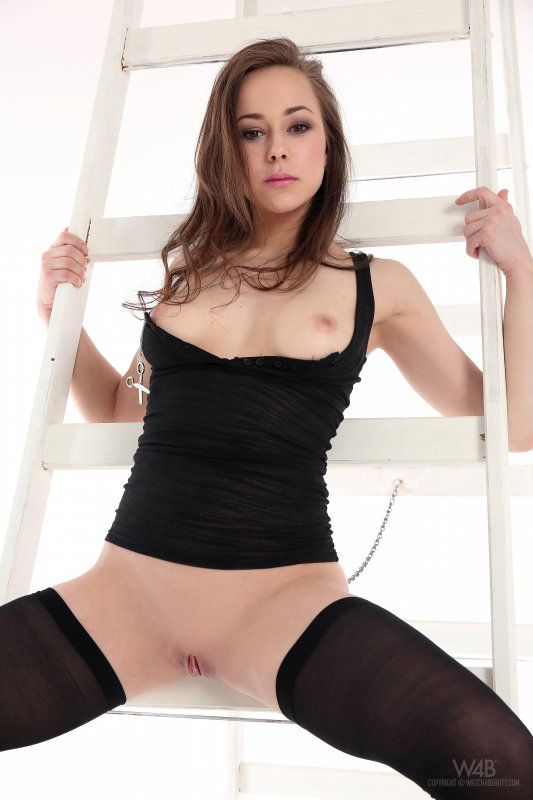 Сексуальная девушка в чулках без трусиков