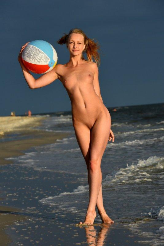 Голая девушка на пляже