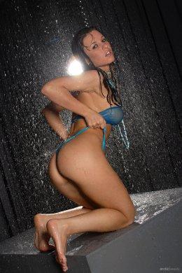 Мокрая голая женщина