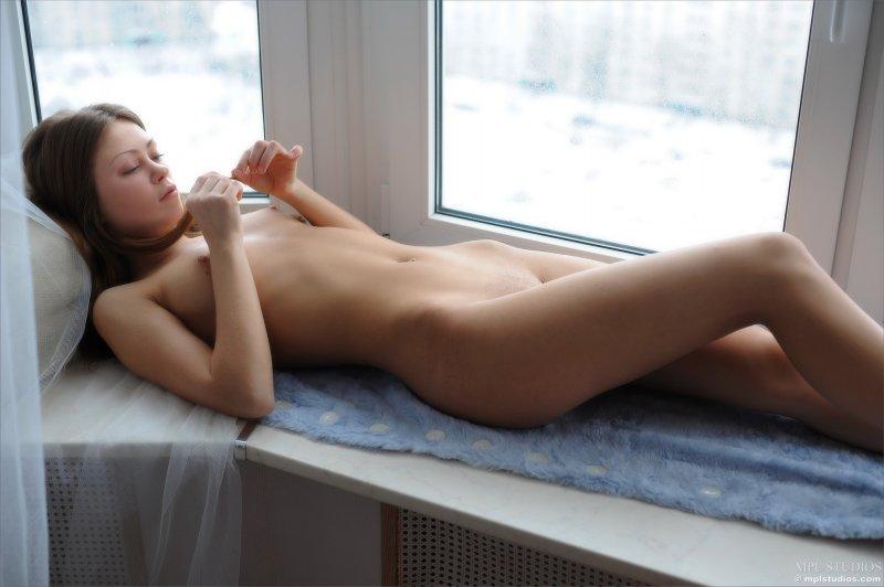 Красивая голая девушка сняла трусики