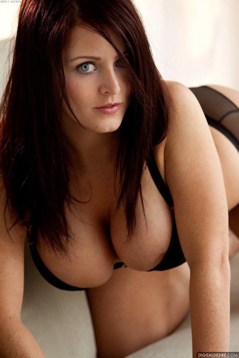 Полненькая шалунья с большой соблазнительной грудью