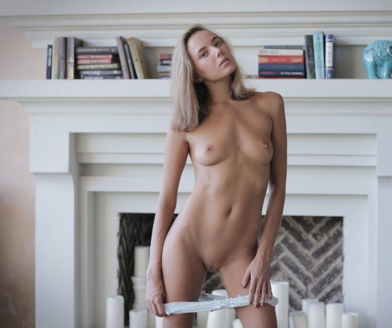 Сексуальная стройная блондинка с голой киской