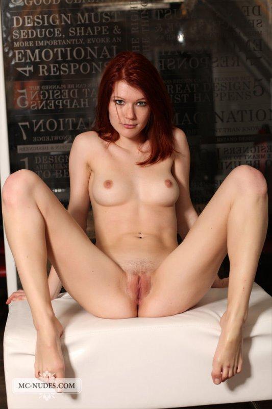 Красивая рыжая девушка с голым телом