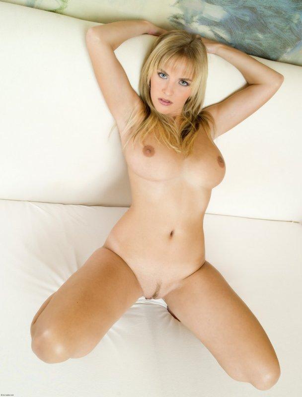 Грудастая голая блондинка раздвинула ноги