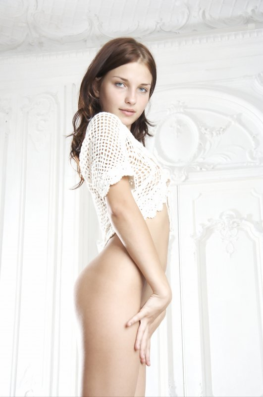 Голая маленькая грудь стройной молодой девушки