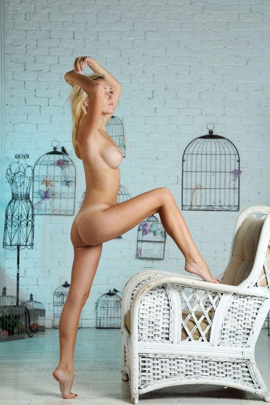 Голая блондинка с шикарной попой и упругой грудью