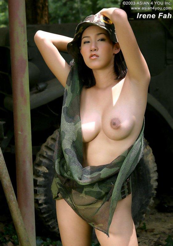 Голая азиатка с большим бюстом сняла военную форму
