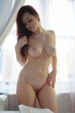 Красивая толстушка с большой упругой грудью