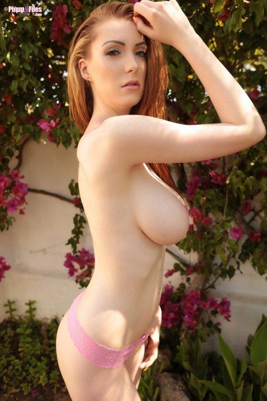 Горячая рыжая красотка с огромной грудью разделась