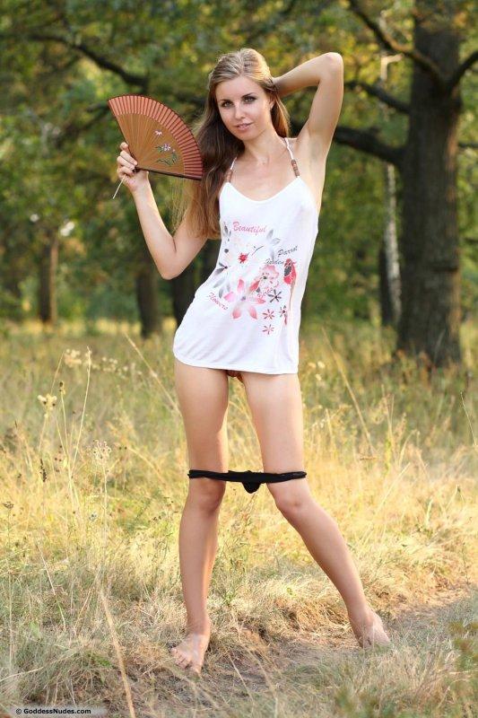 Худая высокая девушка с маленькой грудью на природе