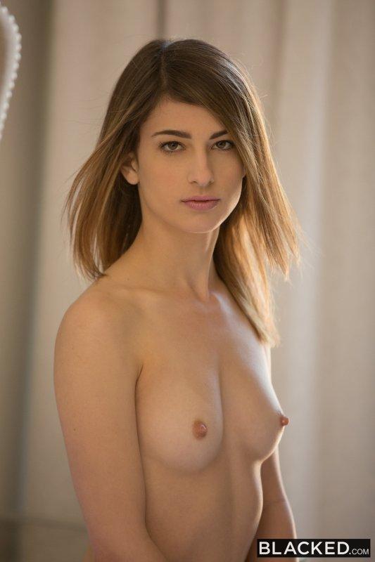 Горячая молодка сексуально показывает гладкую киску