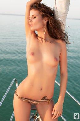 Стройная модель с маленькой грудью голая на яхте