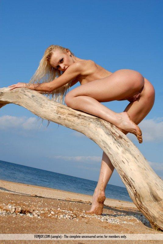 Страстная худая блондинка разделась на пляже