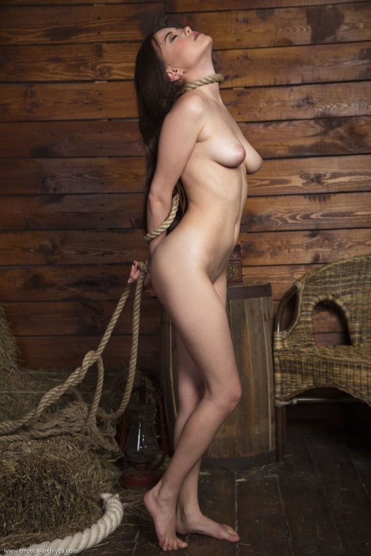 Русская обнаженная девушка с соблазнительной фигурой
