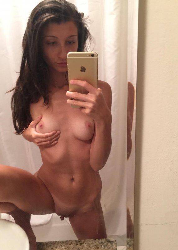 Милая девушка делает селфи полностью голой