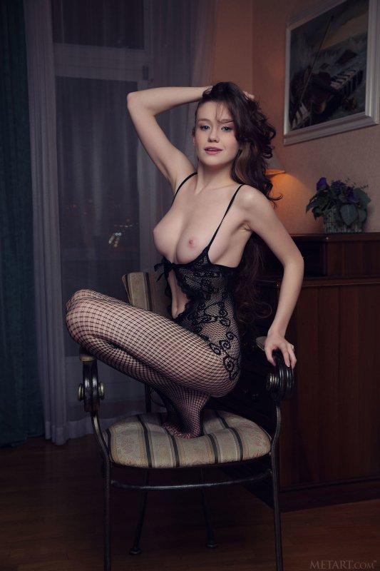 Русская девушка эротично показывает киску