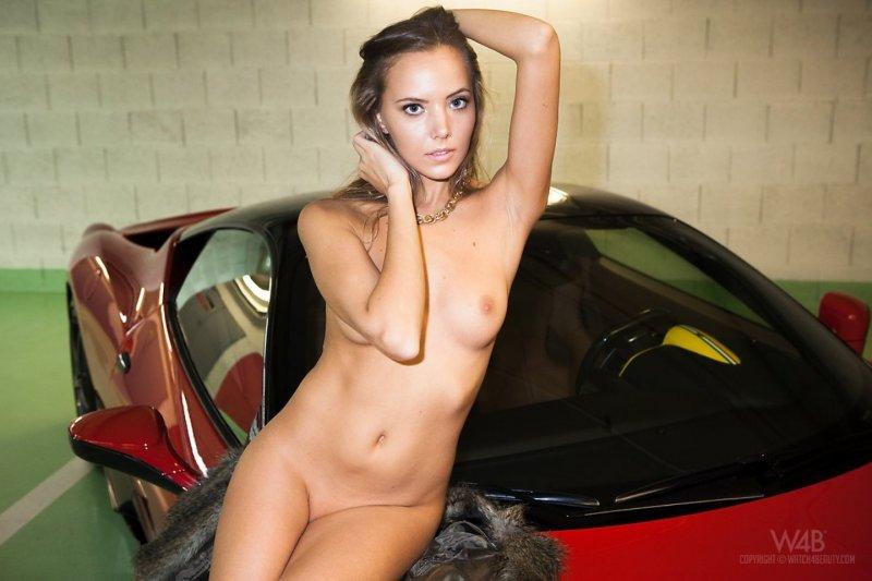 Голая и стройная в машине показывает попку