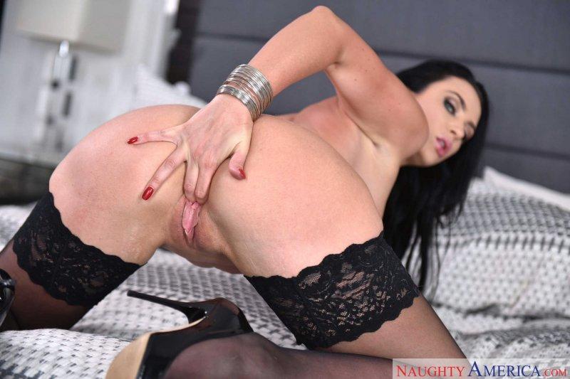 Жгучая женщина в черных чулках с большой попой