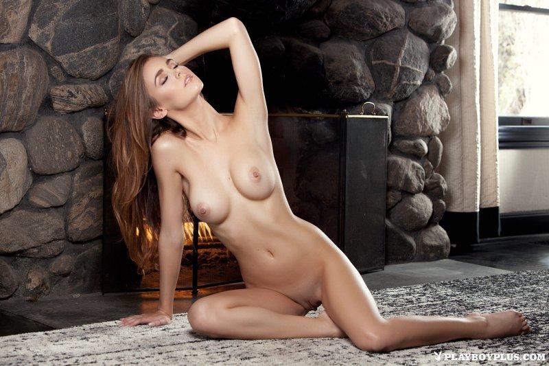 Красивая сексуальная девушка с упругим бюстом