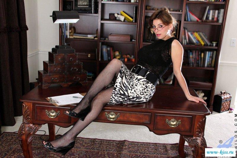 Зрелая страстная женщина разделась в кабинете