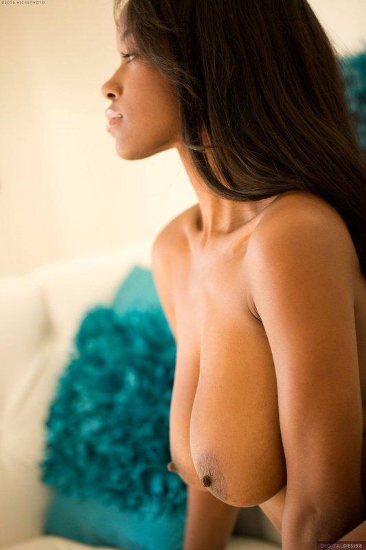 Красивая сочная мулатка с большой грудью