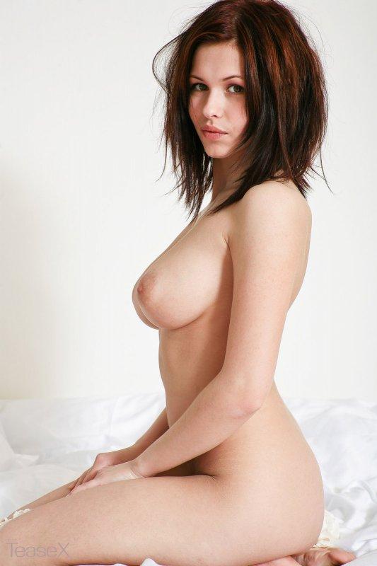 Брюнетка с большой соблазнительной грудью разделась