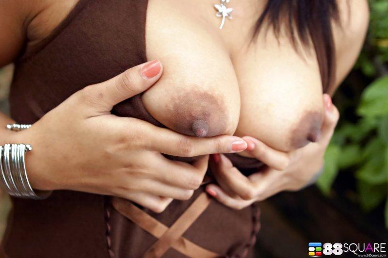 Молодая страстная азиатка с интимной стрижкой