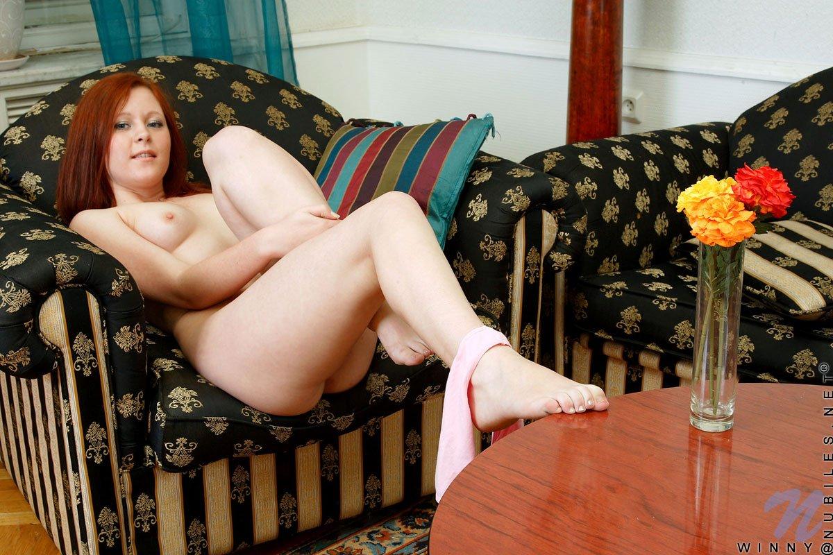 Голая молодая рыжеволосая толстушка игриво стала раком