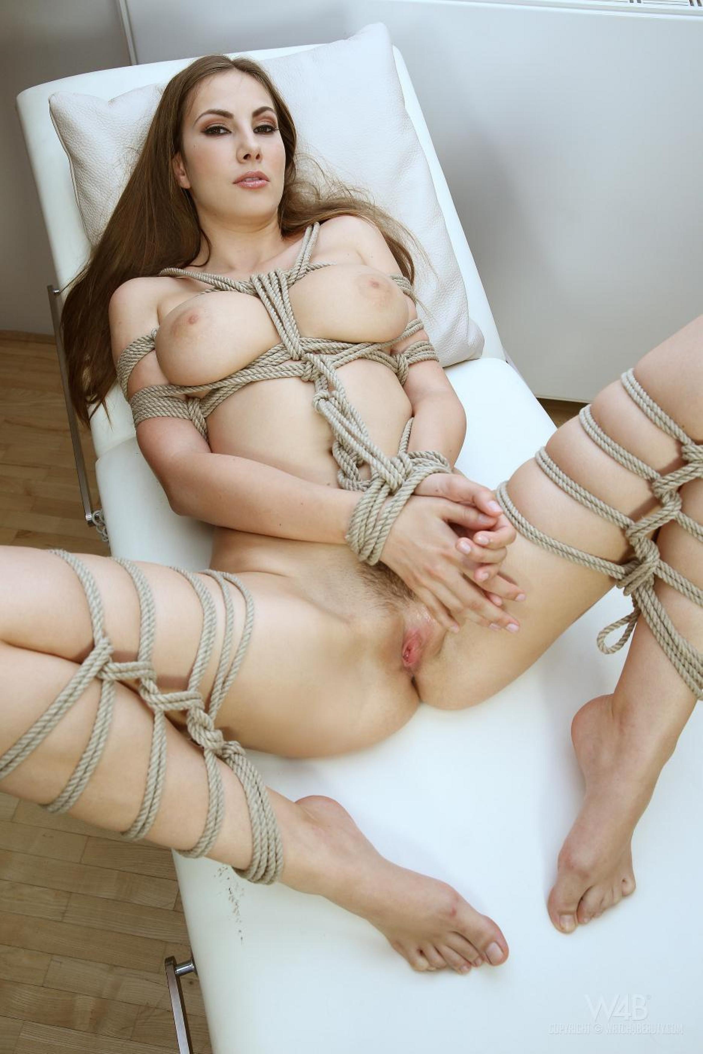 Красивый бондаж грудастой женщины – порно фото