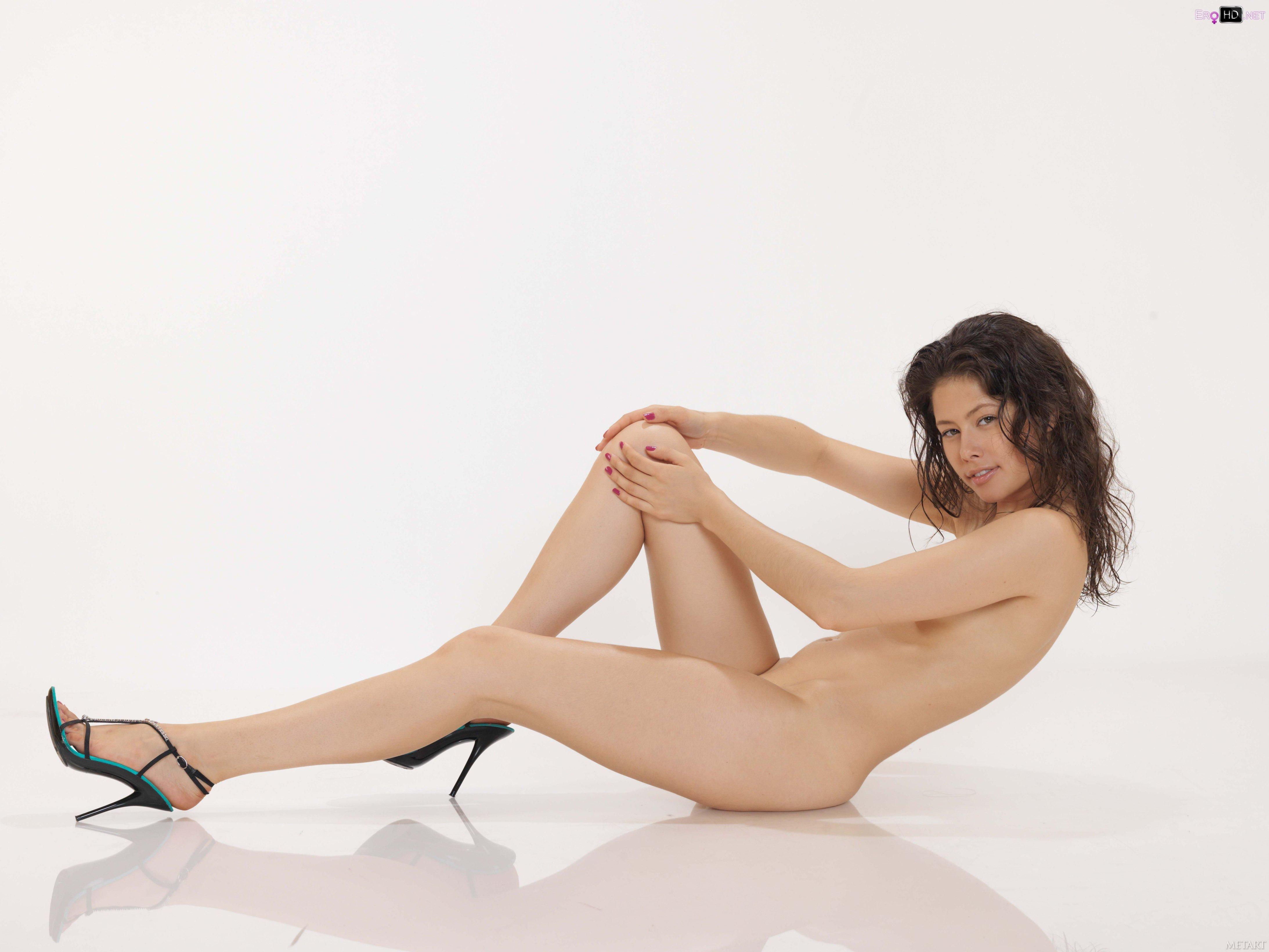 голая девушка на каблуках онлайн