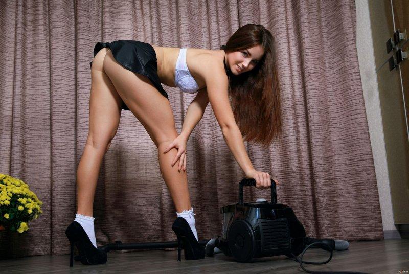 Красивая стройная горничная сняла короткую юбку