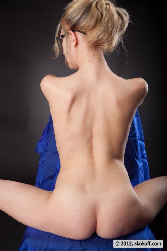 Зрелая белокурая женщина с большой упругой грудью